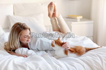 szczesliwa mloda kobieta z kotem w