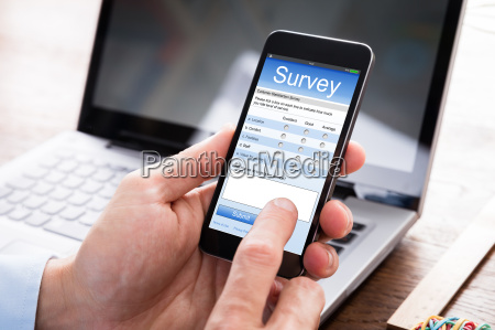 biznesmen wypelnienie formularza ankiety na telefon