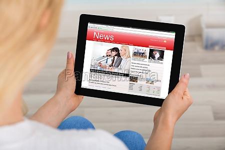kobieta czytanie wiadomosci na cyfrowym tablecie