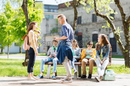 grupa nastoletnich uczniow na podworku szkolnym