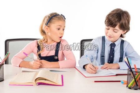 uczennica patrzac na classmate notatnik