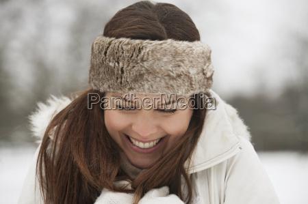 mloda kobieta ubrana w futro palak