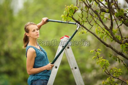 Ladna mloda kobieta ogrodnictwo w jej