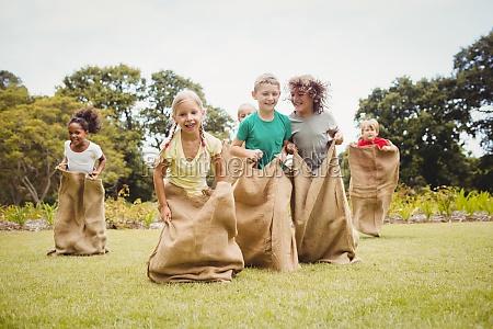 dzieci posiadajace wyscig worek