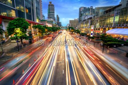 ruchliwej, ulicy, o, zmierzchu, pełen, światła, samochodu - 20334681