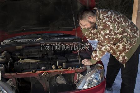 mechanik zastanawia sie co sie popsulo