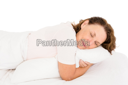 starsza kobieta przytulanie poduszki podczas spania