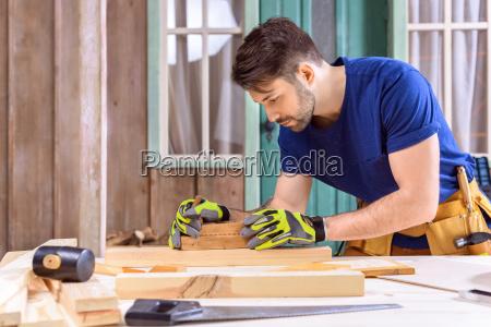 widok z boku carpenter w rekawicach