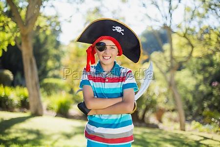 portret chlopca udajac pirata w parku