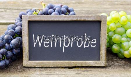 degustacja wina tablica z winogronami