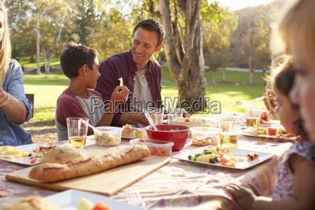 dwa rodziny ma pinkin przy stolem