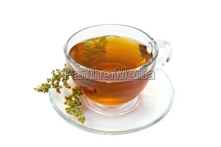 herbata z piolunu w szklanym pucharze