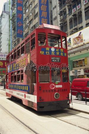 czerwony tramwaj pietrowy na ulicy w