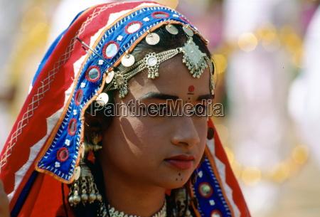 mloda Ladna dziewczyna w stroju narodowym