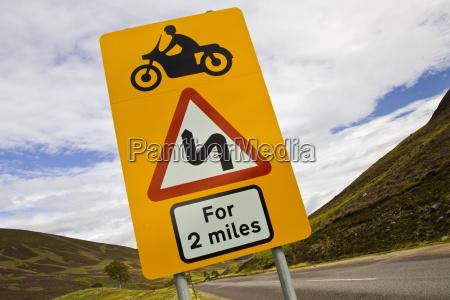 ostrzezenie drogowskaz o niebezpiecznych zakretach naprzod