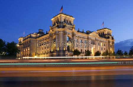 niemcy berlin widok na oswietlony budynek