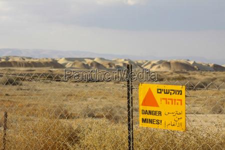 izrael widok pole minowe z szyldowa