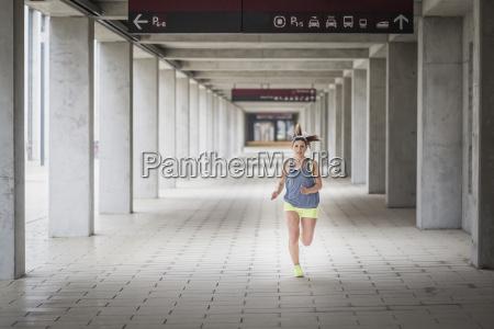 kobieta biegajaca w arkadowym