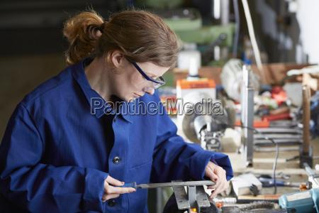 niemcy kaufbeuren kobieta pracujaca w przemysle