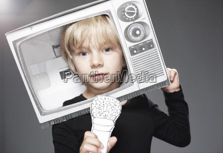 portret glowy chlopca w papierowym telewizorze