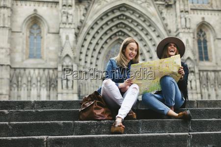 hiszpania barcelona dwie szczesliwe mlode kobiety
