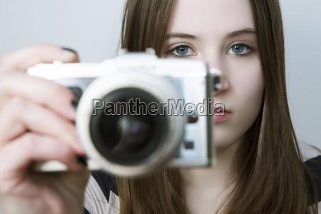 portret teenage girl gospodarstwa aparatu cyfrowego