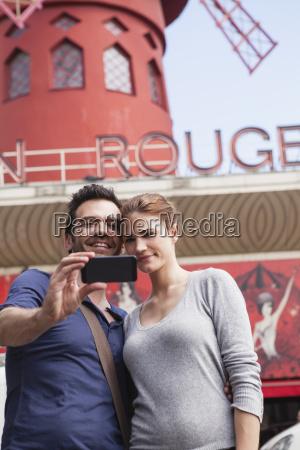 francjaparyzpara fotografowania sie z smartphone przed