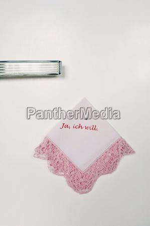 drukowana stara chusteczka wiszaca na scianie
