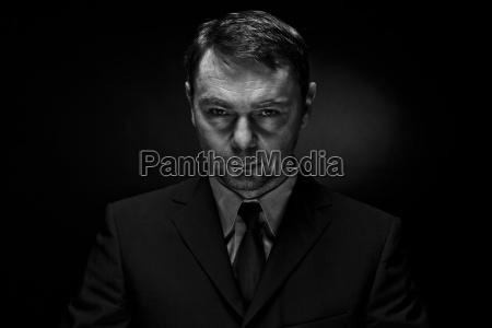 portret dojrzalego mezczyzny na czarnym tle