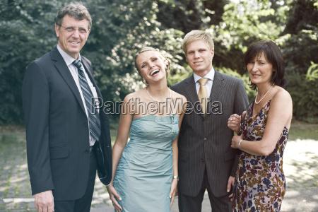 niemcy duesseldorf mezczyzni i kobiety usmiechniete