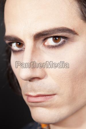 portret mezczyzny z makijazu zblizenie
