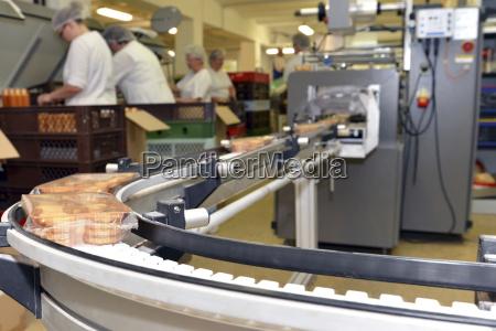 linia produkcyjna z ciasteczkami w zakladzie