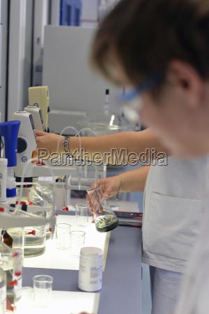 technicy laboratoryjni badajacy produkty cukrowni