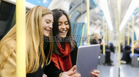 wielka brytania londyn dwie mlode kobiety