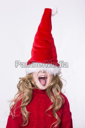 dziewczynka ma na sobie kapelusz santa