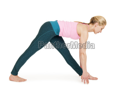 yoga woman pink virabhadrasana variation2