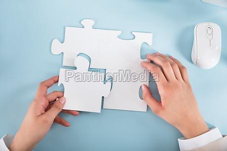 podwyzszony widok businesswoman dolaczanie puzzli sztuk