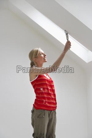 kobieta malarstwo pulap stropu