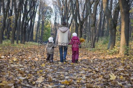 matka i dzieci spaceru w parku