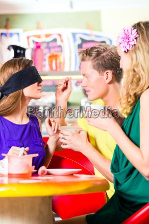 przyjaciele degustacja lodow w kawiarni
