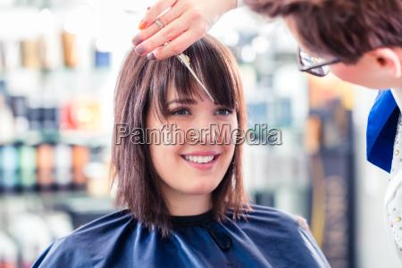 fryzjer ciecia kobieta wlosy w sklepie