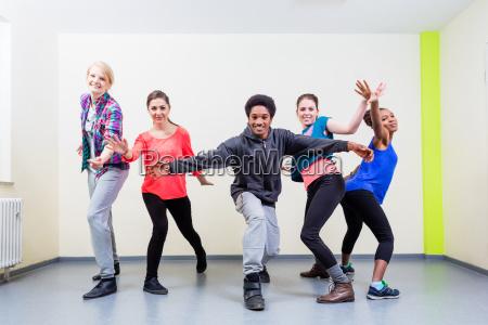 grupa mlodych ludzi posiadajacych klase tanca