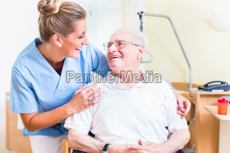 starszy mezczyzna i pielegniarka w starszym