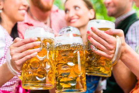 przyjaciele bawia sie w ogrodku piwnym