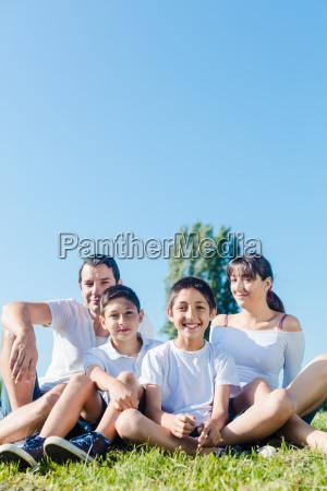 rodzina ubrana w bialy w parku