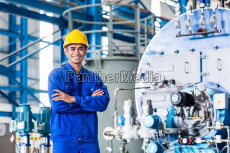 dumny pracownik azjatycki w fabryce produkcji