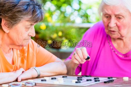 dwa starszy panie gra planszowa w