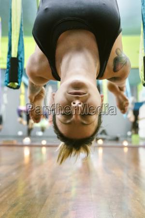 kobieta praktykujacych aerial yoga w klasie