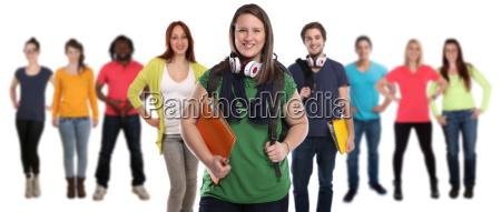 grupa studentow rozesmianych szczesliwie ludzie ludzie