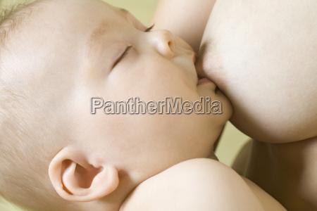 baby boy karmienie piersia